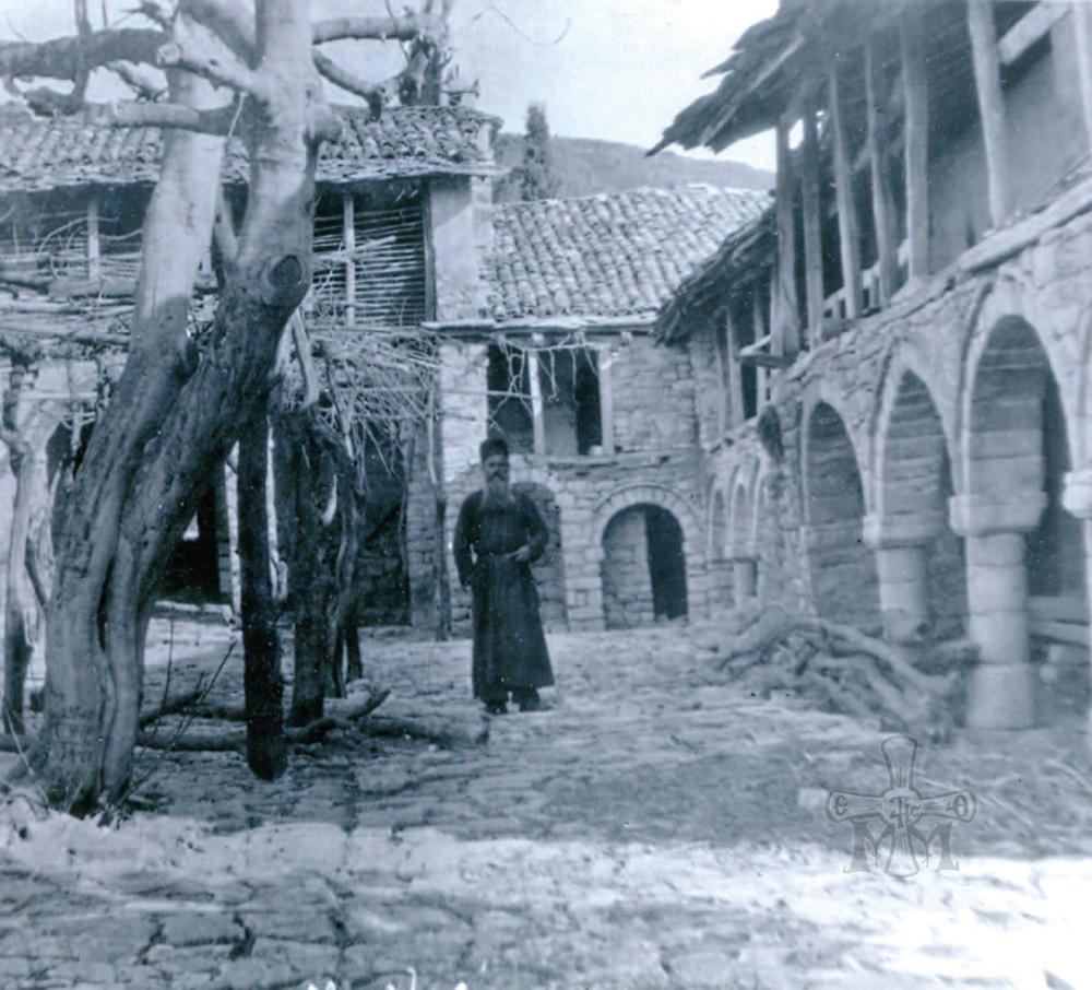 Παλαιά φωτογραφία από τον περίβολο της Μονής