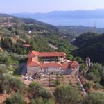 Πανοραμική άποψη της Ιεράς Μονής. Στο βάθος διακρίνεται το χωριό Μυρτιά και η Λίμνη Τριχωνίδα. (Φωτογραφία 2016)