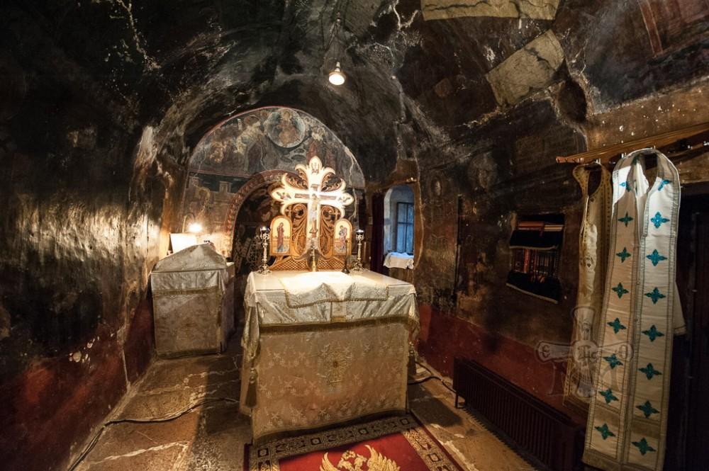 Το Ιερό Βήμα του Καθολικού. Ο αρχικός καμαροσκέπαστος ναΐσκος του 1200.